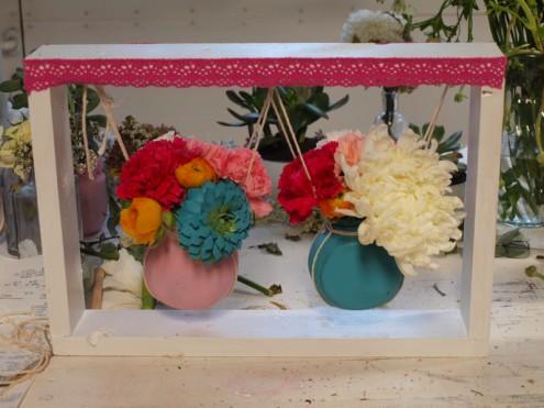 flores en el columpio